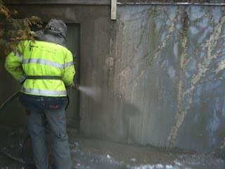 Våtblästring av betong med släppande plastfärg