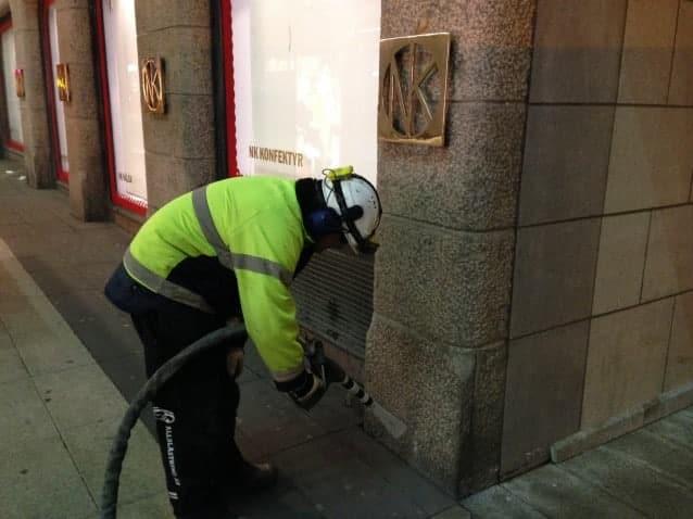En av våra medarbetare utför torrisblästring med kolsyreis