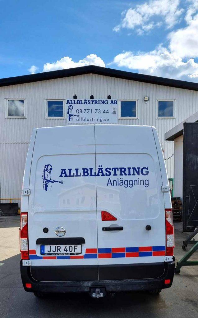 Allblästrings anläggningsbil på plats utanför verkstaden i Länna industriområde utanför Stockholm.