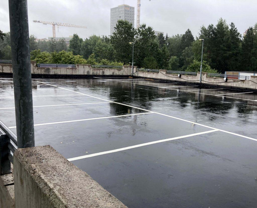 Renoverat P-däck med ny asfalt och nymålade parkeringsrutor.